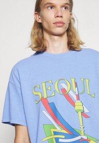 Vintage Supply - SEOUL GRAPHIC - Print T-shirt - blue - 4