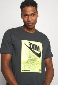 Nike Sportswear - FESTIVAL TEE - Camiseta estampada - smoke grey/ volt - 3