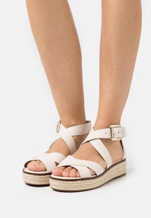 DARBY - Korkeakorkoiset sandaalit - light cream