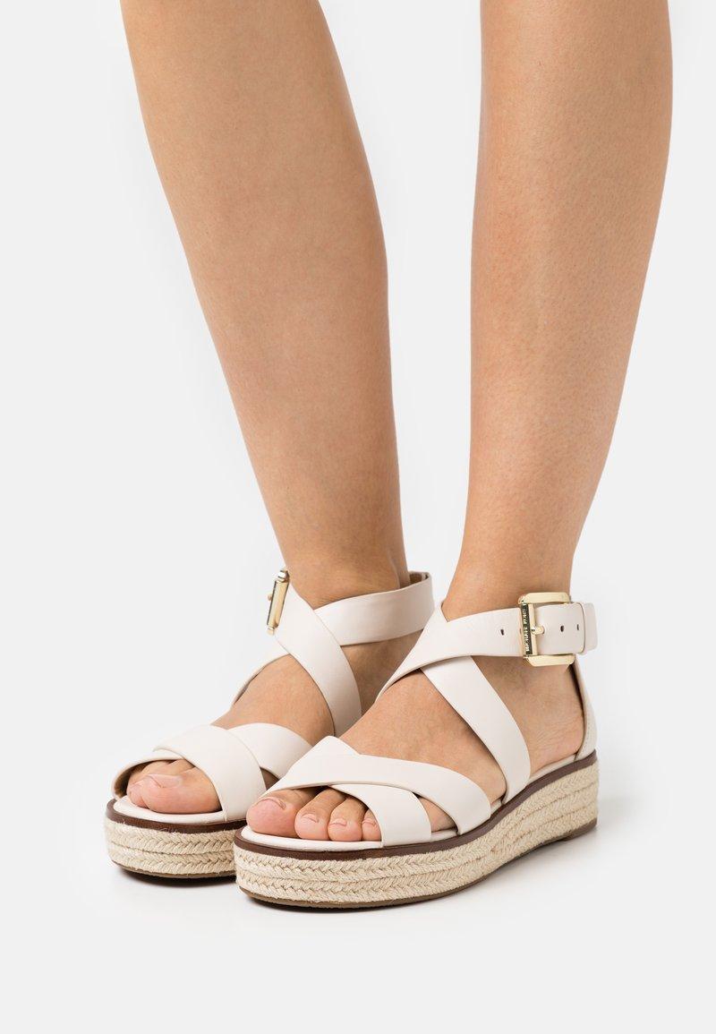 MICHAEL Michael Kors - DARBY - Sandály na platformě - light cream