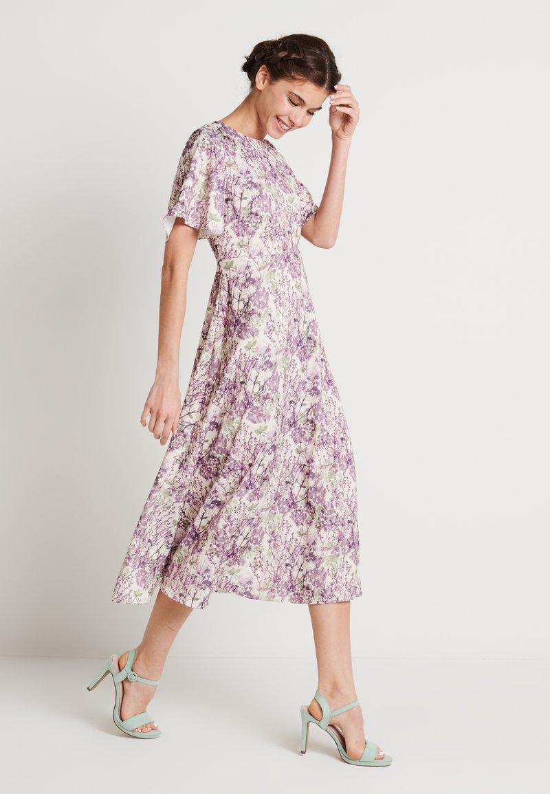 NA-KD - ZALANDO X NA-KD WIDE FLOWY SLEEVE MIDI DRESS - Denní šaty - purple