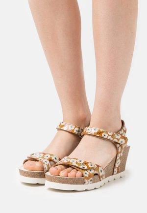 JULIA GARDEN  - Sandály na platformě - light brown