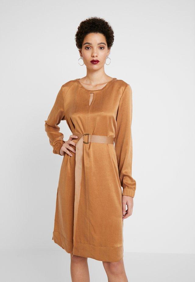 MONROE - Sukienka letnia - camel