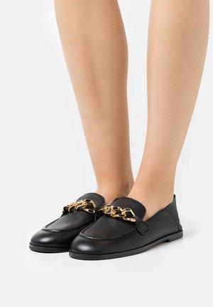 MAHE - Nazouvací boty - black