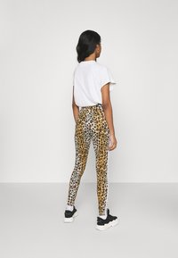 adidas Originals - LEOPARD TIGHT - Leggings - Trousers - multco/mesa - 2