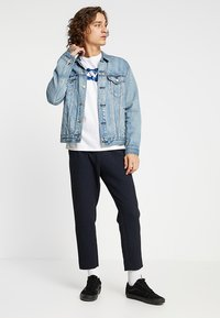 Levi's® - HOUSEMARK GRAPHIC TEE - Camiseta estampada - indigo/white - 1