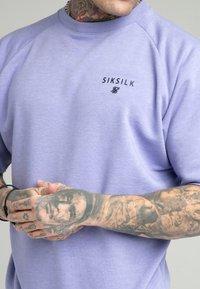 SIKSILK - RELAXED CREW - Print T-shirt - purple marl - 4