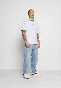Karl Kani - SMALL SIGNATURE TEE UNISEX  - Print T-shirt - white - 1