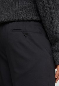 KARL LAGERFELD - TROUSERS CHASE - Trousers - black - 5