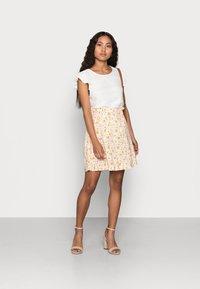 Selected Femme Petite - SLFMILLY SHORT SKIRT - Mini skirt - sandshell - 1