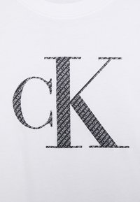 Calvin Klein Jeans Plus - BONDED FILLED TEE - T-shirt con stampa - bright white - 4