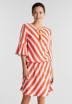 MIT STREIFEN-PRINT - Vestido informal - coral orange