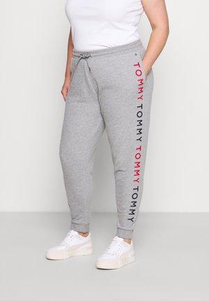 EMBROIDERY TRACK PANT CURVE - Pyjamahousut/-shortsit - medium grey heather