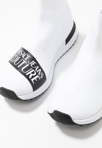 Versace Jeans Couture - High-top trainers - bianco ottico - 7