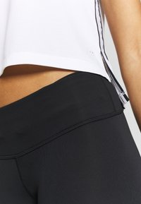New Balance - ACCLERATE CAPRI - Pantalón 3/4 de deporte - black - 3