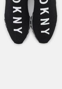 DKNY - ABBI RUNNER - Nazouvací boty - black - 6