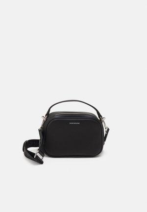 TRAPEZOID SHADOW CAMERA BAG - Across body bag - black