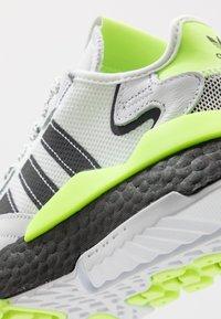 adidas Originals - NITE JOGGER - Matalavartiset tennarit - footwear white/core black/signal green - 5