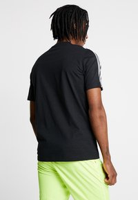 adidas Originals - TECH TEE - T-shirt con stampa - black - 2