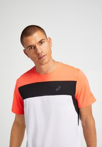ASICS - T-shirt print - brilliant white/flash coral - 4