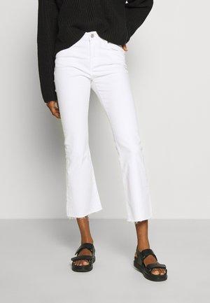 KATIE - Jeans a zampa - mars white com