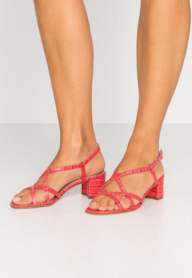 Sandaalit nilkkaremmillä - rouge