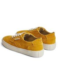 M. Moustache - ALEXANDRA - Sneakers laag - mustard - 2