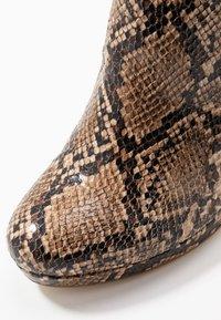 Tamaris - Kotníková obuv na vysokém podpatku - nut - 2