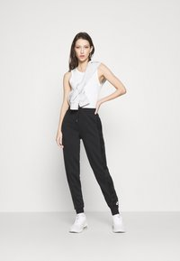 Nike Sportswear - HRTG VELOUR - Pantalones deportivos - black/white - 1