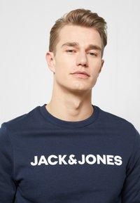Jack & Jones - JACLOUNGE ONECK - Sweatshirt - navy blazer - 3