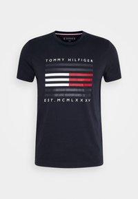 Tommy Hilfiger - CORP FLAG LINES TEE - T-shirt z nadrukiem - blue - 4