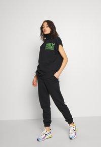 House of Holland - HEY THERE LONGLINE SLEEVELESS HOODIE - Print T-shirt - black - 1