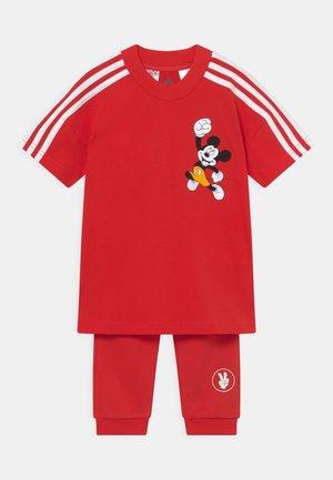 TEE UNISEX - Pantalones deportivos - vivid red/white