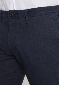BOSS - Spodnie materiałowe - navy - 3