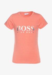 BOSS Kidswear - SHORT SLEEVES TEE - Camiseta estampada - pink - 0