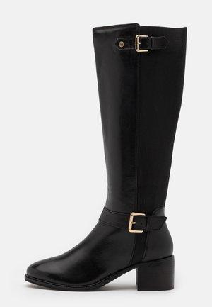 TILDAS - Vysoká obuv - black