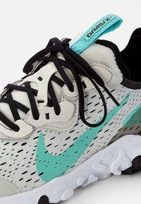 Nike Sportswear - NIKE REACT VISION UNISEX - Tenisky - bone/tropical twist-black-white - 5