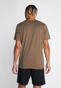 Nike Performance - DRY TEE CREW SOLID - Basic T-shirt - cargo khaki/team orange/black - 2