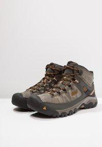 Keen - TARGHEE III MID WP - Hikingsko - black olive/golden brown - 2