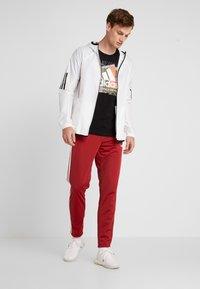 adidas Performance - 3 STRIPES SPORTS REGULAR PANTS - Träningsbyxor - red/white - 1