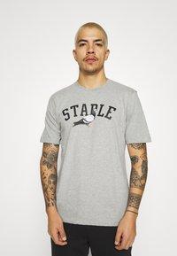 STAPLE PIGEON - COLLEGE TEE UNISEX - Print T-shirt - heather grey - 0