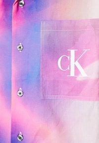 Calvin Klein Jeans - PRIDE OVERSHIRT UNISEX - Shirt - pride marble - 6