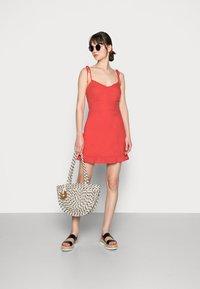 Abercrombie & Fitch - BARE TIE SHOULDER SLIM WAIST MINI - Robe d'été - red solid - 1