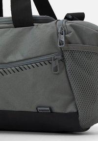 Puma - FUNDAMENTALS SPORTS BAG XS UNISEX - Sportovní taška - ultra gray - 3