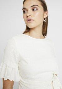 NA-KD - QUEEN OF JETLAGS FRILL DETAILED DRESS - Hverdagskjoler - off white - 4
