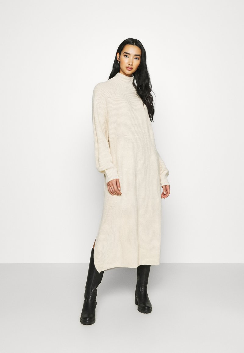 Monki - KEAN DRESS - Pletené šaty - beige dusty light