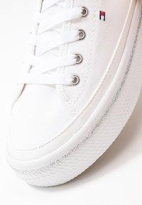 Tommy Hilfiger - GLITTER DETAIL FLATFORM  - Sneakers - white - 2