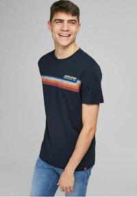 Jack & Jones - JORTYLER TEE CREW NECK  - Print T-shirt - navy blazer - 4