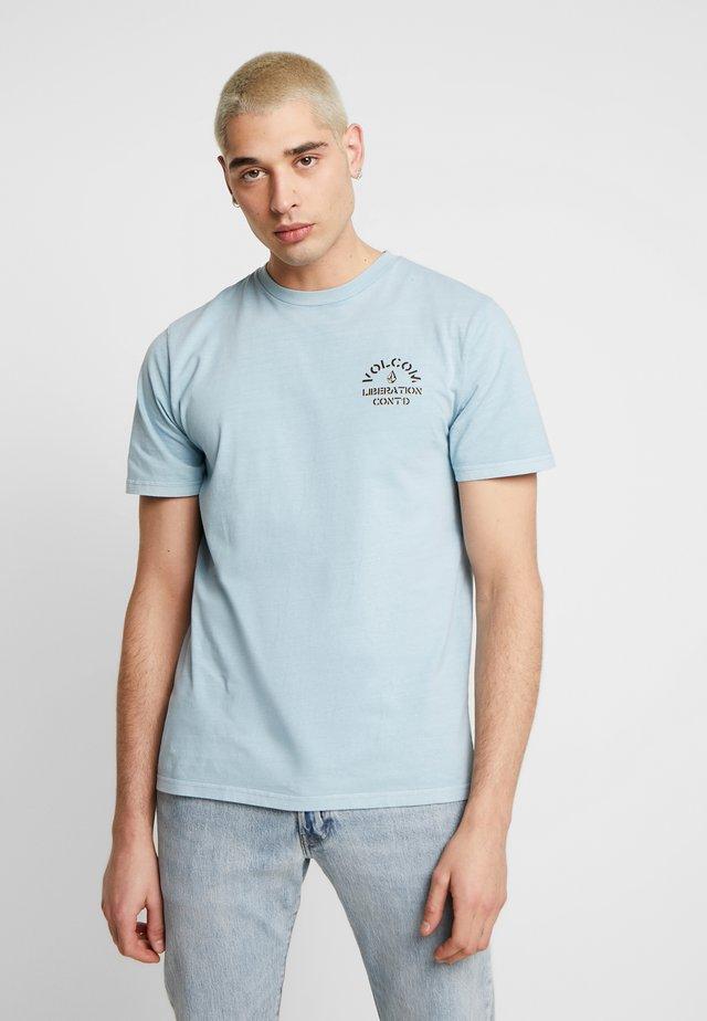 COLLINS TEE - Printtipaita - light blue
