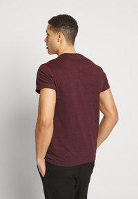 Farah - FARRIS TWIN 2 PACK - T-shirt basic - farah red marl/true navy - 2